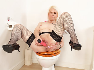 English milf Skyler fingers her fanny on toilet