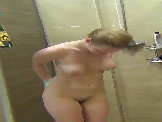 Nathalia tomando banho