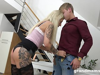 Inked mature blonde slut sedices a younger guy and rides him wild