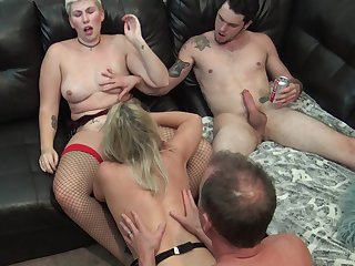 Amateur swingers enjoying hardcore pussy banging