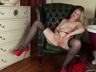 Round ass mature Emma Turner loves pleasuring her wet pussy