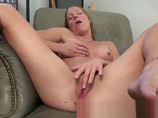 Ma alyssa dutch spreads her legs
