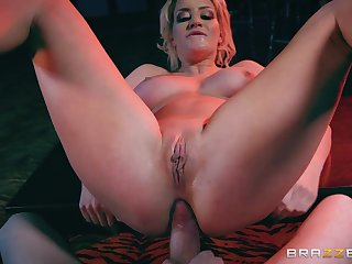 Sienna Day moves her ass when riding Jordi El Nino Polla