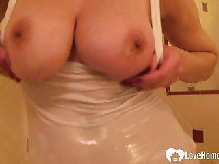 Showering dark hair likes to finger her pussy