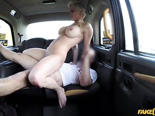 Lucky taxi driver screwed tattooed MILF on the backseat